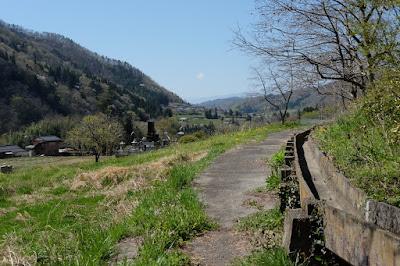 工芸と喫茶ひとつ石の裏の棚田や里山の風景