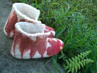 Pantufa feltrada na cor crua com folhas marrons e bordada com linha de costura