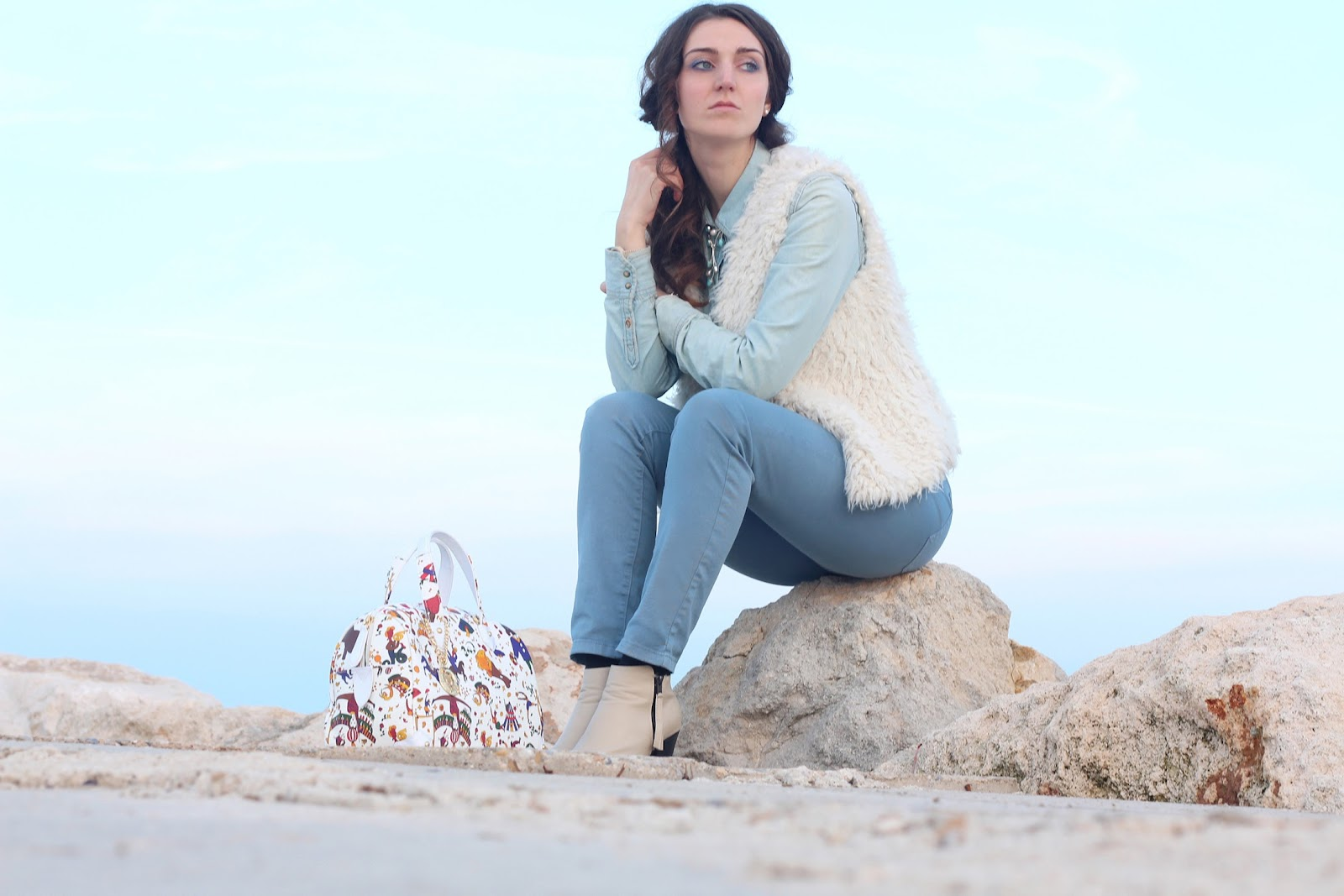 fashion blogger moda pescara italy trend glamour vogue piero guidi bag borsa white circus denim shirt zara pants hm pimkie boots fur gilet curly hair larimar necklace collana ops swatch