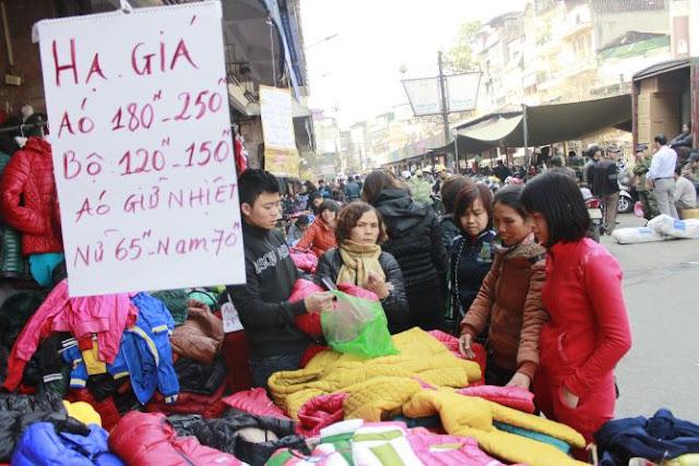 Khách mua hàng tại chợ