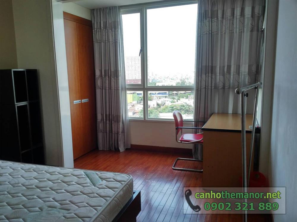 Căn hộ The Manor HCM tầng 10 diện tích 98m2 - phòng ngủ có cửa kính lớn và bàn làm việc