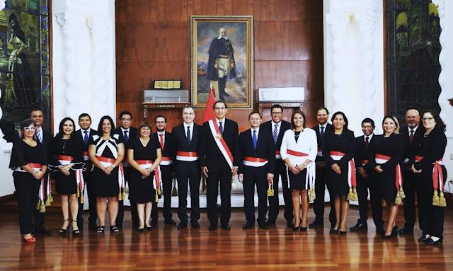 Nuevo Gabinete de Ministros liderado por Salvador del Solar, reemplaza al de César Villanueva. Juramentaron ante Martín Vizcarra en el Palacio de Justicia.