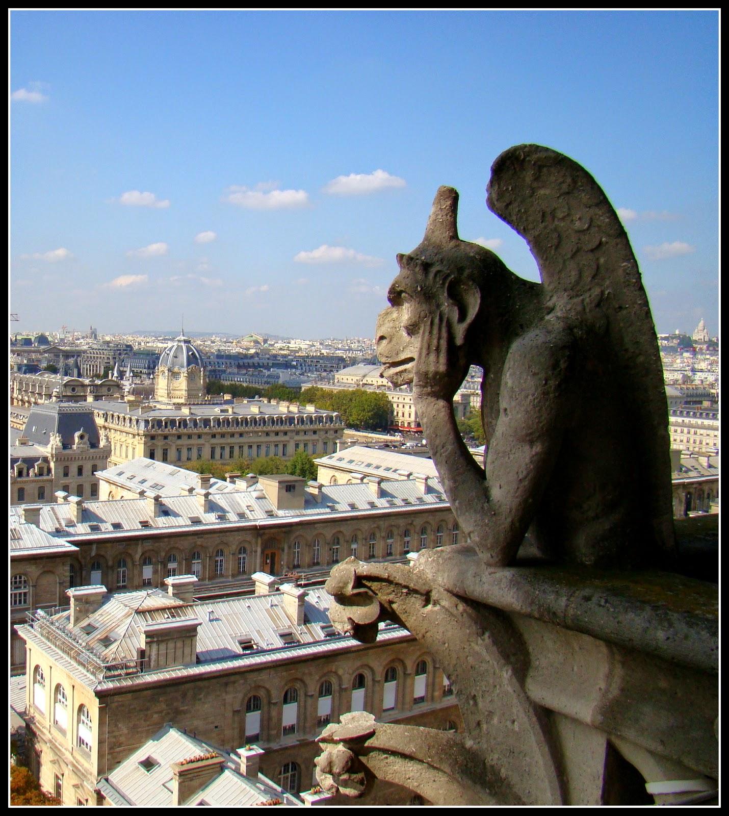 Las esculturas son bastantes grandes. Las que más sorprenden están en  pedestales, asomadas mirando la ciudad y a todo aquel que está en la plaza  de la ...