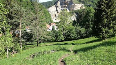 Steiler Pfad hinab nach Gänsbrunnen