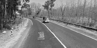 Misteri Nusantara Bayangan Hitam di Jalur Mantingan Ngawi   Curahan Online.Munculnya suatu Kejadian Misteri dan suana Angker pada suatu lokasi tidak didasari dari rame atau sepinya suatu tempat.    Minsteri Nusantara.Munculnya suatu Kejadian Misteri dan suana Angker pada suatu lokasi tidak didasari dari rame atau sepinya suatu tempat.     Jalur Alas Mantingan penghubung Ngawi-Solo (Google Street View)   Meski betapa ramainya kendaraan yang ber lalu-lalang beginilah Misteri Bayangan Hitam di jalur Mantingan Ngawi Jawa Timur Yang di kutip dari m.otosia.com Meski ramai kendaraan, nuansa angker tak terlepas dari jalur Alas Mantingan, Ngawi, Jawa Timur.    Ruas jalan yang ramai tidak menjadi jaminan bahwa tempat tersebut terbebas dari kisah misteri. Hal itulah yang terjadi pada Jalur Alas Mantingan, Ngawi, Jawa Timur.  Baca Juga:Misteri Suara Dentuman Yang Terdengar Di Sumatera Selatan  Jalur ini pasti dilewati ketika hendak menuju Solo dari Madiun atau pun sebaliknya. Kendaraan besar, seperti bus dan truk, kerap melintas di sana. Meski demikian, nuansa angker masih menyelimuti jalur Alas Mantingan, terlebih ketika hari sudah mulai gelap.   Baca Juga: Misteri Nyata Di Balik Mistik Sigumoang (Begu Ganjang)Suku Batak   Salah satu ruas jalan di Alas Mantingan yang terkenal dengan keangkerannya adalah Jembatan Sidowayah. Konon, di sana ada sesosok bayangan hitam misterius yang menampakkan dirinya kepada pengguna jalan.  Baca Juga:Misteri Mitologi Nusantara Tanah Batak Homang dan Si Gulambak    Kemunculan bayangan hitam misterius ini pun kerap dikaitkan dengan kecelakaan tunggal yang terjadi di Jembatan Sidowayah. Karena itu, warga setempat menyarankan untuk berdoa dan membunyikan klakson saat melintas.  Keangkeran jalur Alas Mantingan sebenarnya tak terlepas dari berbagai kecelakaan yang pernah terjadi di sana. Pasalnya, ruas jalan ini terbilang cenderung lengang saat malam hari.  Jalur Alas Mantingan penghubung Ngawi-Solo (Google Street View)    Meski betapa ramainya kendar