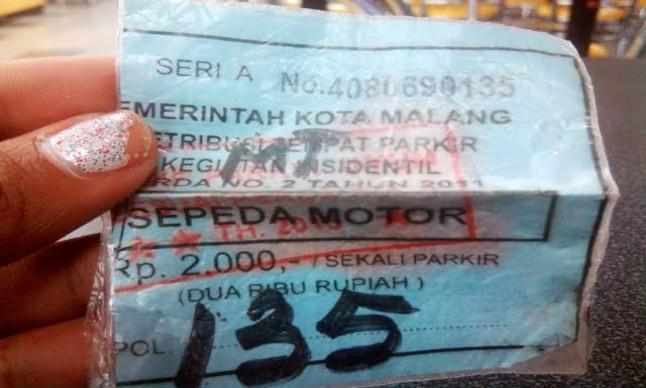 """<b>Indikatormalang.com</b> - Pemkot Malang melalui Dishub mewajibkan para juru parkir yang bertebaran di kawan Kota Malang untuk memiliki kartu tanda anggota (KTA). <br/><br/> """"Pembuatan KTA ini sudah dilakukan sejak Januari lalu. Sebanyak 2.250 juru parkir dari 765 titik area parkir diwajibkan buat KTA"""" terang Plt Kabid Parkir Dishub Kota Malang, Muji Rahayu. <br/><br/> """"Hingga Sekarang pembuatan KTA bagi Jukir sudah mencapai 70%. Harapan kami bulan depan sudah selesai semua"""" tambah Muji. <br/><br/> Menurutnya, tujuan dari pembuatan KTA tersebut untuk mengurangi menjamurnya juru parkir ilegal di Kota Malang, menggali potensi Pendapatan Asli Daerah (PAD), dan menghindari kebocoran parkir. <br/><br/> """"Jika ada jukir yang tidak mendaftar dan tidak memiliki KTA maka itu ilegal.  Jukir resmi, kalau mereka memiliki KTA, memakai rompi khusus, dan memberikan karcis resmi kepada pelanggan"""" pungkas Muji. <br/><br/> KTA juru parkir yang resmi modelnya seperti KTP lengkap dengan foto, identitas, dan barkode yang terhubung langsung dengan sistem aplikasi milik Dishub Kota Malang. <br/><br/>"""