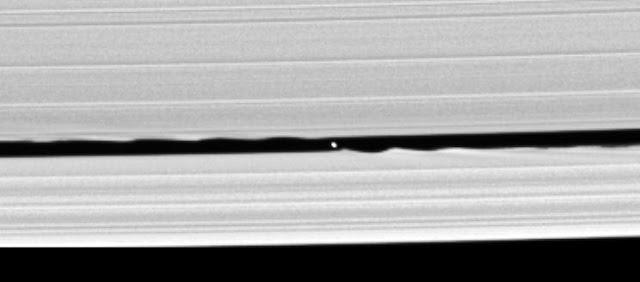 Daphnis vista em 2005 pela sonda Cassini