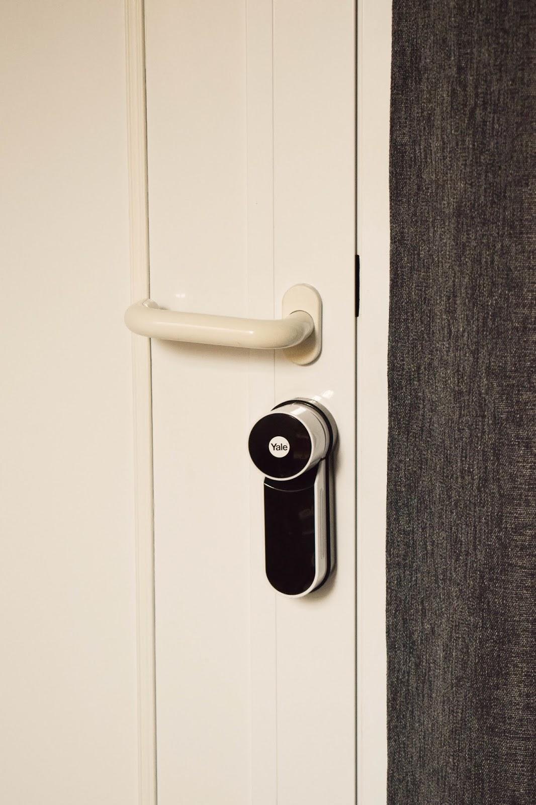 Yale Entr Smartlock: smartes Türschloss für Haustüre. Renovierung Schliesssystem und intelligente Schliessloesung. Smart Home Ideen. Renovierung Tür, Eingang, Diele