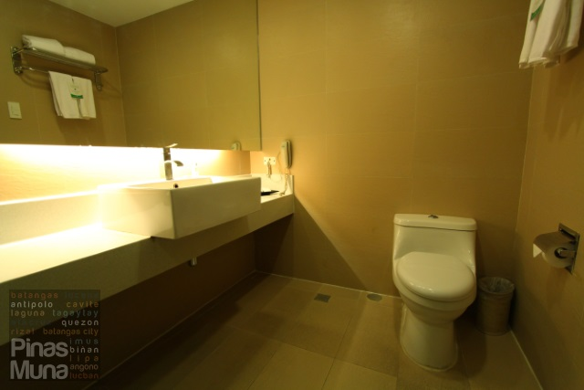 bathroom at Summit Ridge Tagaytay