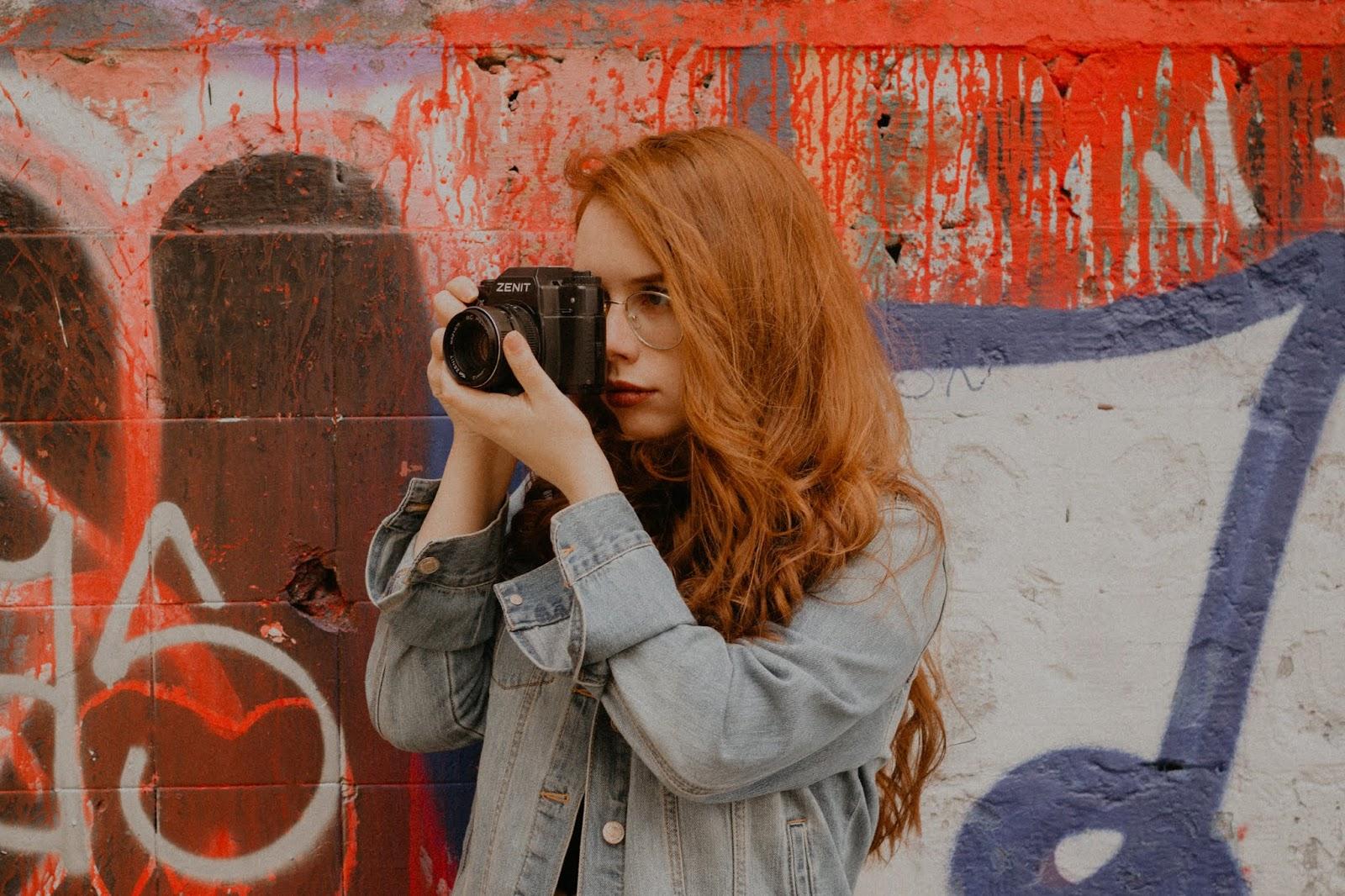 Uma constante na minha vida é a fotografia, não consigo lembrar de algum momento em que eu não estivesse com uma câmera na mão. Meu pai desde jovem fazia fotos amadoras e acabei nascendo com esse gosto, desde pequena amava pegar a câmera dele e torrar os filmes dele, mais adiante na era digital meu pai deu pra minha mãe de presente uma compacta que eu acabei usurpando. Em todos os momentos da minha vida eu tentei capturar com minhas lentes, cada foto que eu capturei ou que outros artistas capturaram sempre serviram como uma fonte de inspiração para mim.    Eu posso abrir mão de muitas coisas na minha vida, mas não consigo imaginar minha vida sem a fotografia. Ela me inspira em cada aspecto da minha vida. O que provavelmente vocês conseguiram perceber. Mad Souls Blog