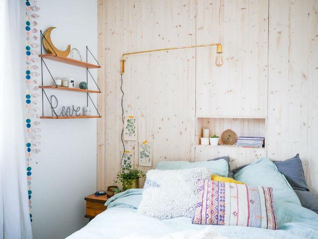 Una pizca de hogar diy c mo hacer una pared de madera en - Hacer cabecero de madera ...
