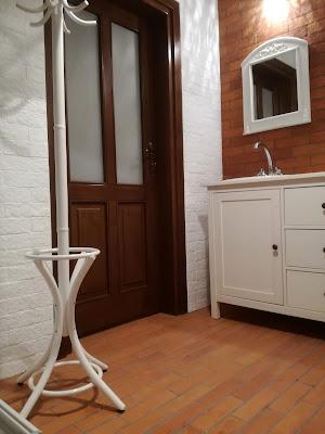 Łazienka z ceglaną podłogą i ścianami