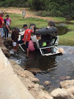 Motorista perde controle de veículo e despenca dentro de rio