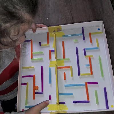 diy tutoriel facile rapide jeu atelier activité enfant motricité boite chaussure bille paille