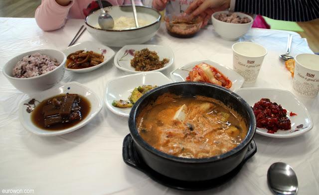 Comida coreana típica con cheonggukjang y sundubu