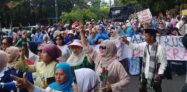 Aksi Emak-Emak Tuntut Pemilu Jurdil Sampai 30 Hari Ke Depan