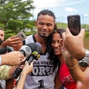 O assassino ex-goleiro Bruno é tietado por fãs e recebe proposta de 2 clubes da Série A