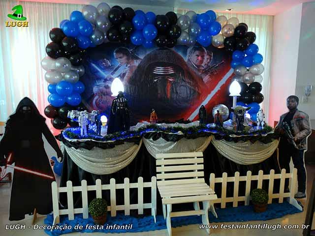 Foto: Festa infantil masculina - Mesa tradicional luxo com toalhas de tecido tema Star Wars