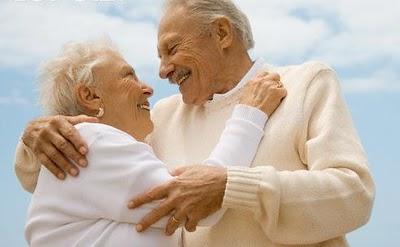 Resultado de imagem para abraço em velhinhos e crianças