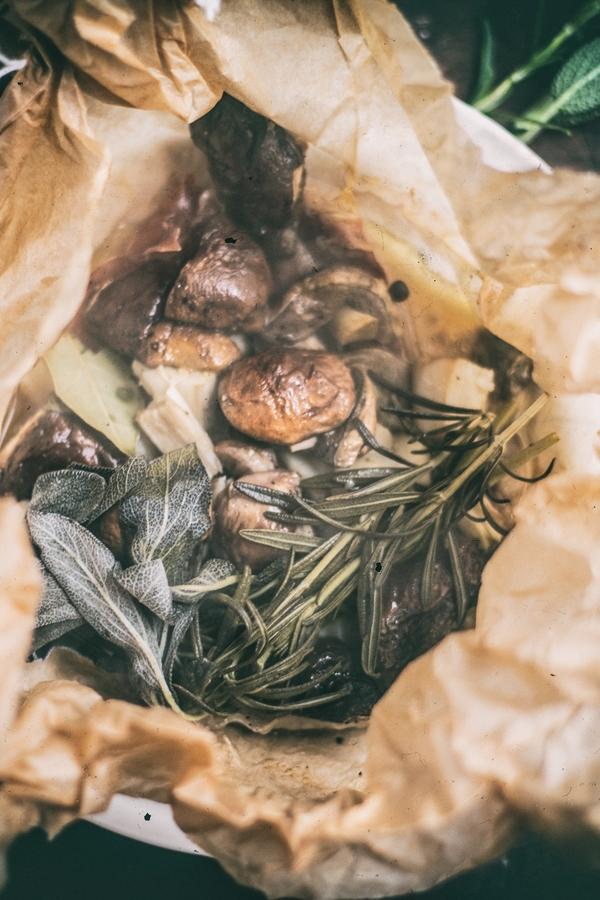 grzyby, pieczone grzyby, zioła, szynka dojrzewająca