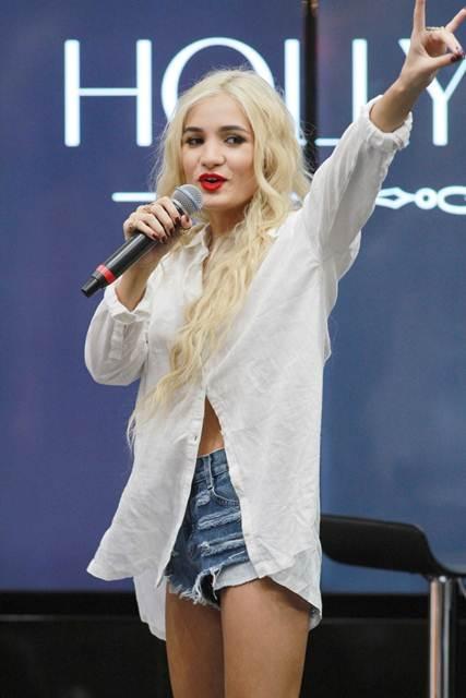 Profil Biodata Pia Mia, Model Penyanyi Penulis Lagu Cantik Hot Amerika
