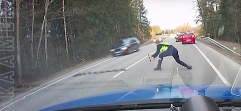 Így állítja meg egy profi rendőr az ámokfutó autóst - videó