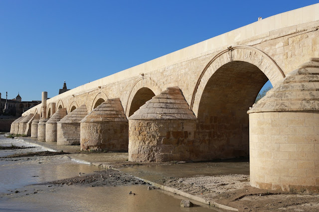 Vista del puente romano de Córdoba desde el sur