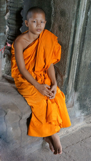 Изображение мальчика-монаха среди развалин храмового комплекса