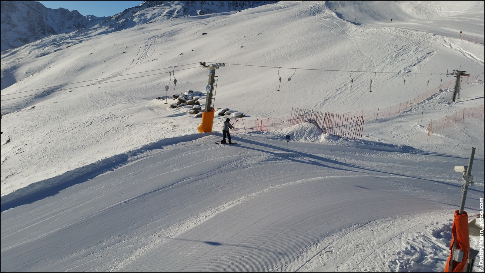 Мини-горка с начинающей сноубордисткой.