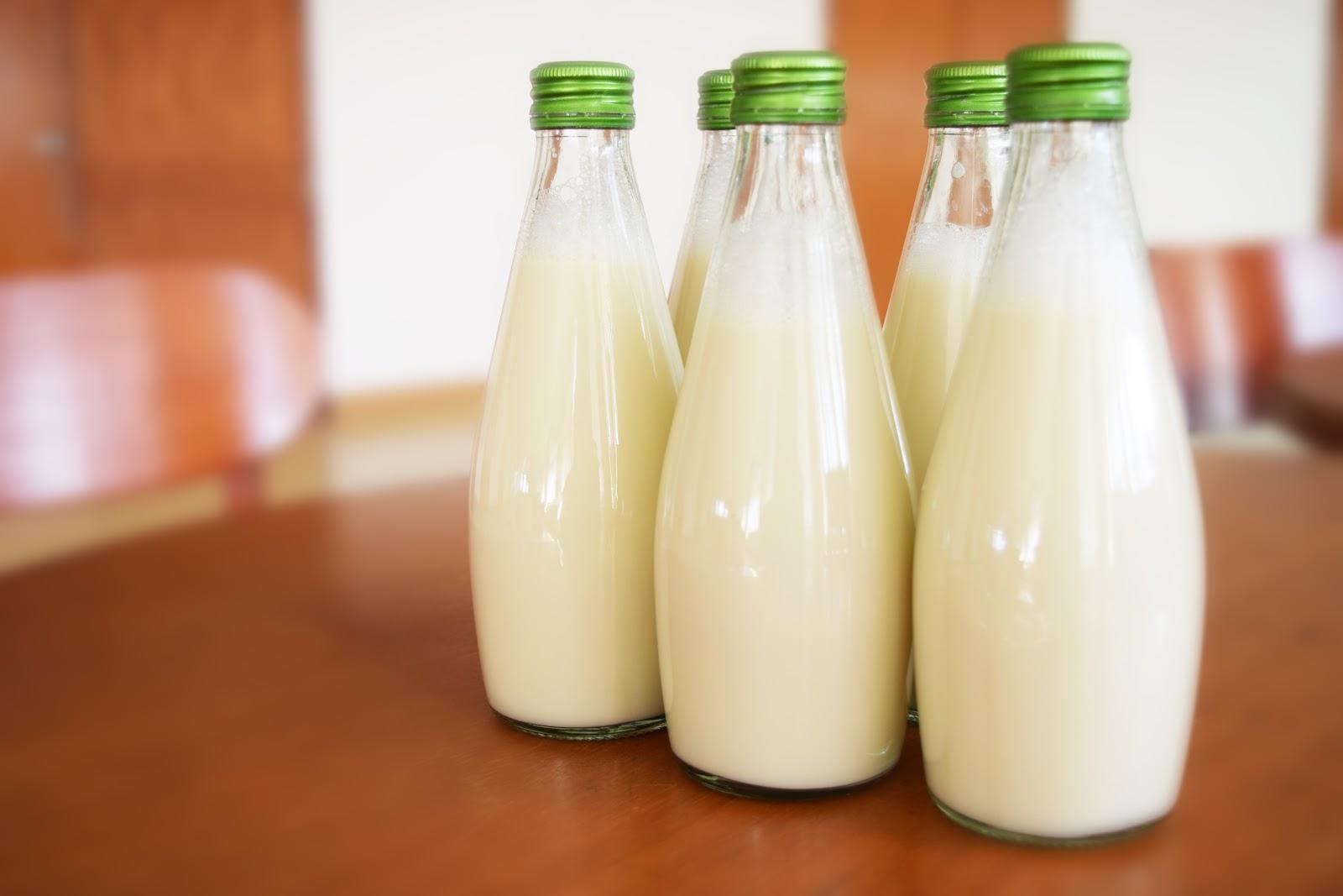テーブルに置かれた五本の牛乳