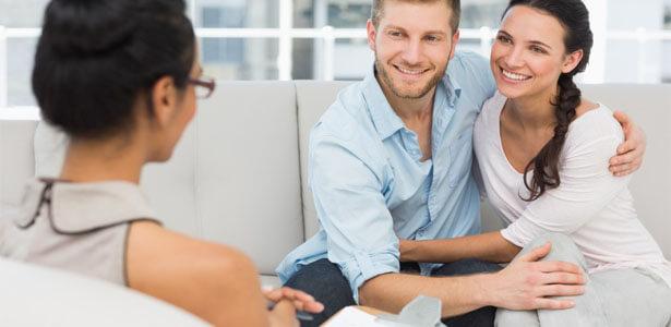 Pareja en terapia para superar una infidelidad