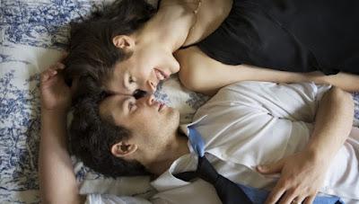 Una pareja que disfruta de un momento de relax en casa