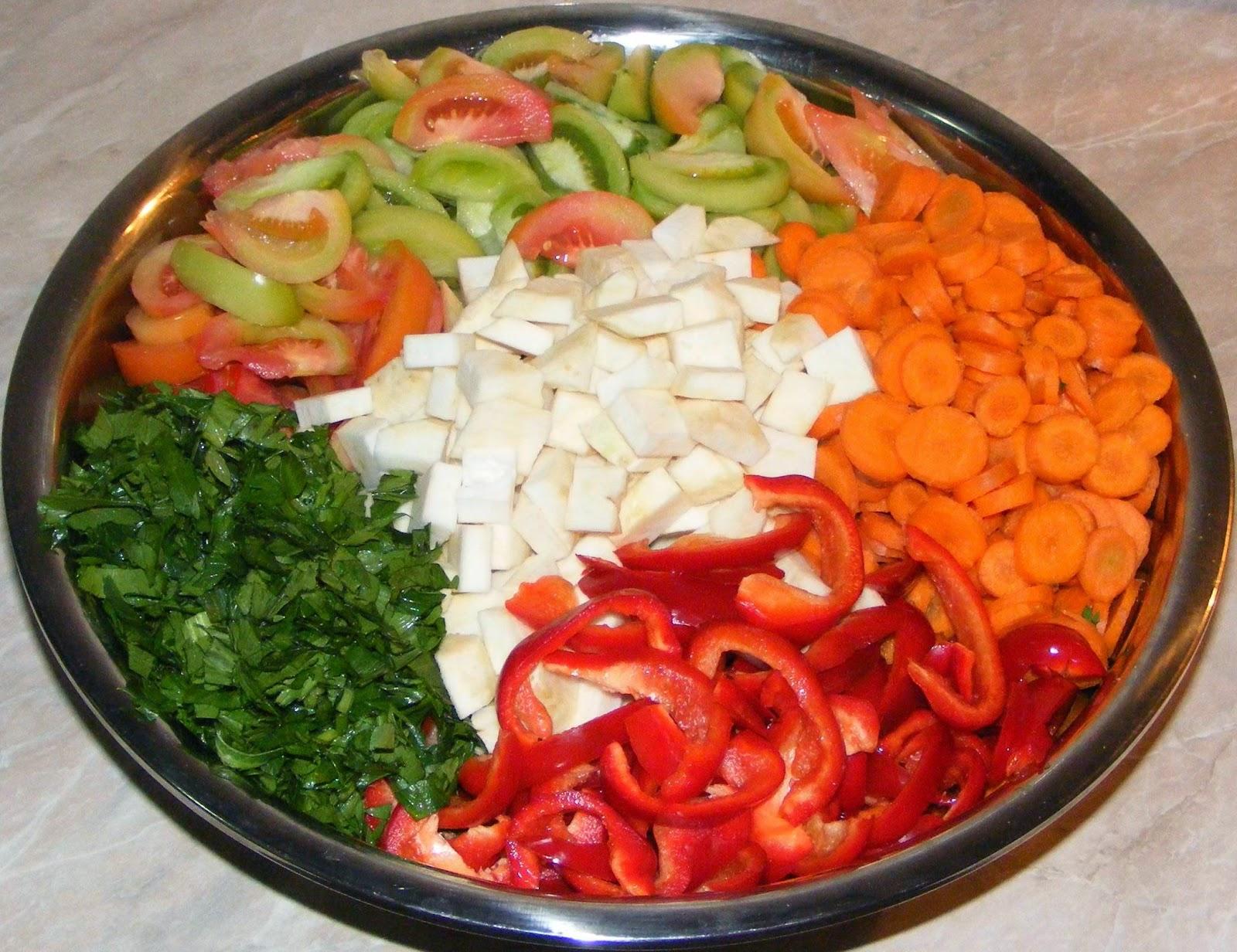 preparare salata de muraturi asortate pentru iarna, legume, salata de cruditati, salata de legume asortate pentru iarna, salata asortata de muraturi, retete de muraturi, muraturi pentru iarna, retete muraturi, muraturi de iarna, legume taiate pentru iarna, legume feliate,