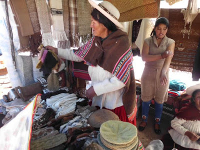 Man verkauft Waren aus Lamawolle