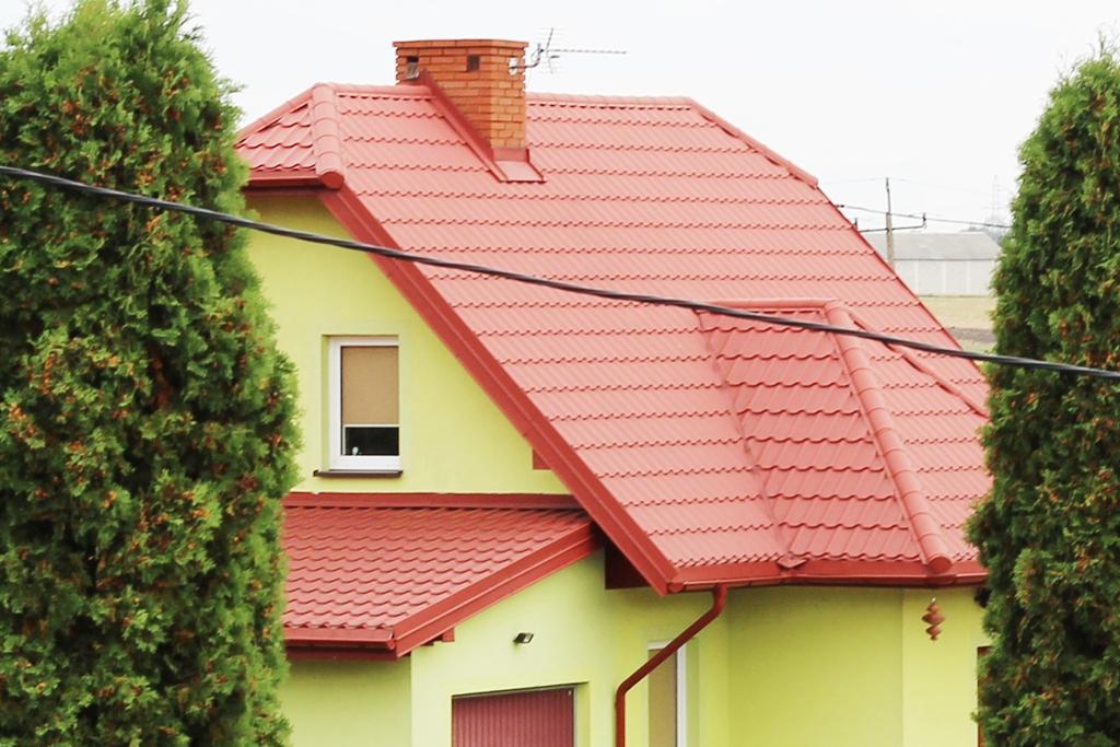czym tanio pokryć dach