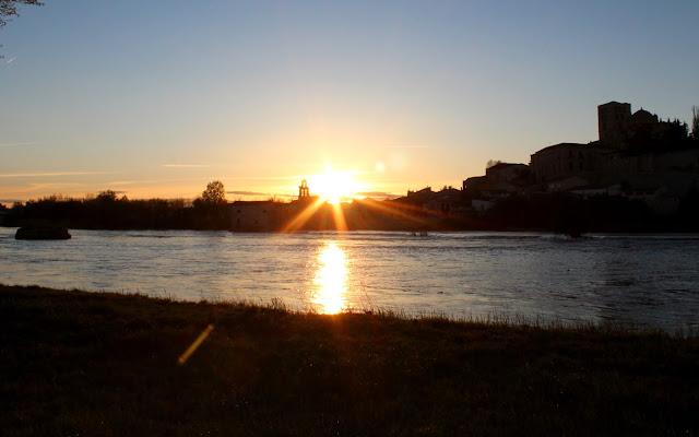 Puesta de sol sobre el río a su paso por Zamora