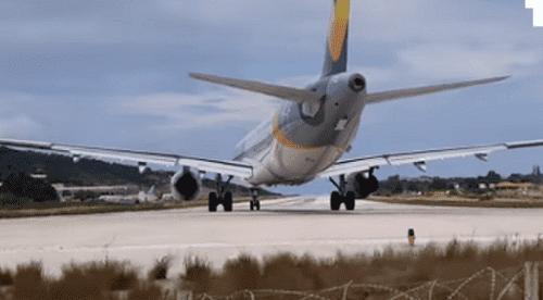 شاهد ماذا حدث لسائح أراد تصوير إقلاع طائرة عن قرب.!