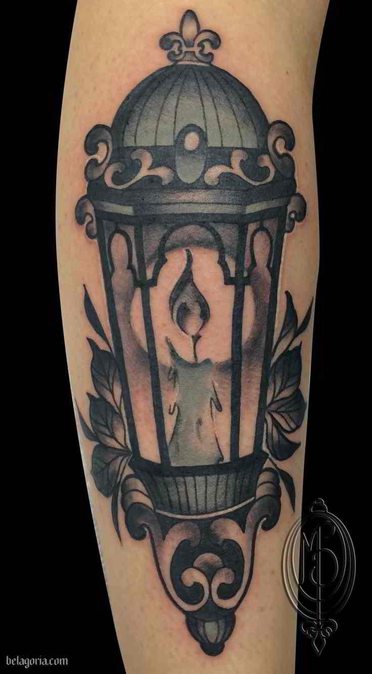 Un tatuaje gráfico del brazo superior de la Farol antiguo
