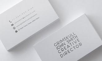 Sadece kartvizit ortasında yazılar bulunan basit ve beyaz bir kartvizit