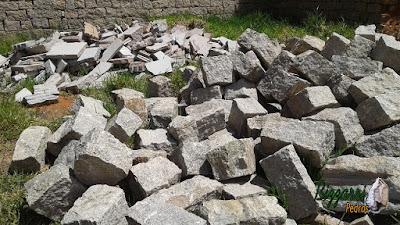 Pedra para parede de pedra tipo rachão de granito com corte manual na cor cinza escuro.
