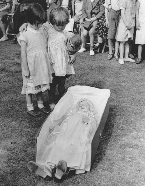 foto bersama gadis kecil yang telah meninggal dunia