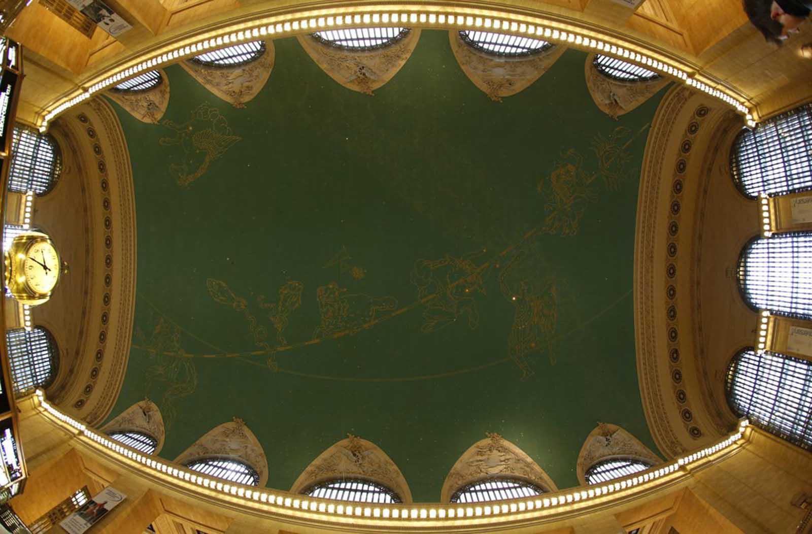 Las 59 estrellas brillan como parte del zodiaco pintado al revés en constelaciones de hojas de oro que abarcan el techo de la terminal principal de Grand Central Terminal en Nueva York, el 25 de enero de 2013.