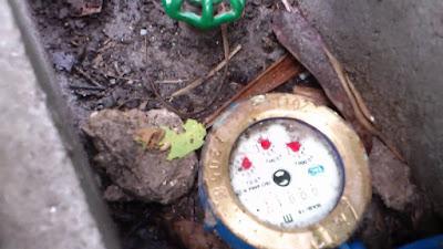 Dùng nam châm điều chỉnh đồng hồ nước