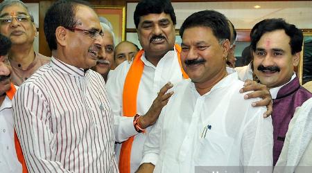 पूर्व मंत्री BJP नेता कोर्ट परिसर में वृद्ध वकील को मारने दौड़ा