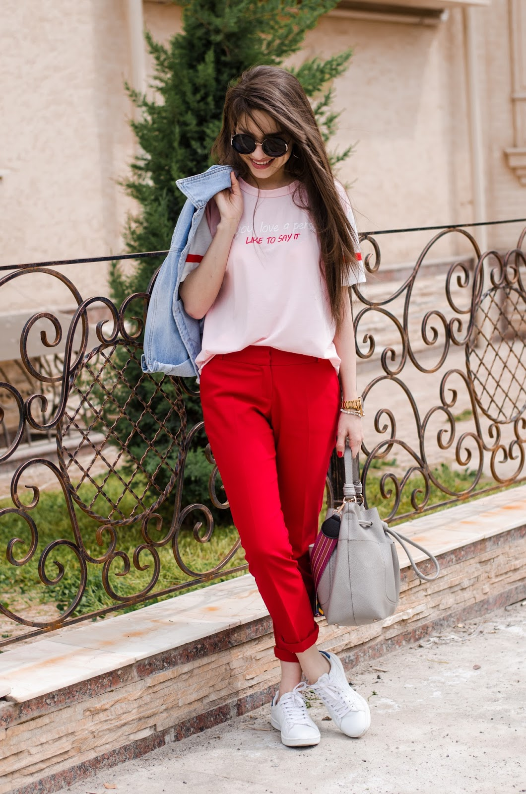 fashion blogger diyorasnotes diyora beta casual outfit lookoftheday red pants pink t-shirt denim jacket white sneakers
