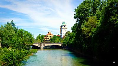 Ludwigsbrücke w tle Müller`sches Volksbad