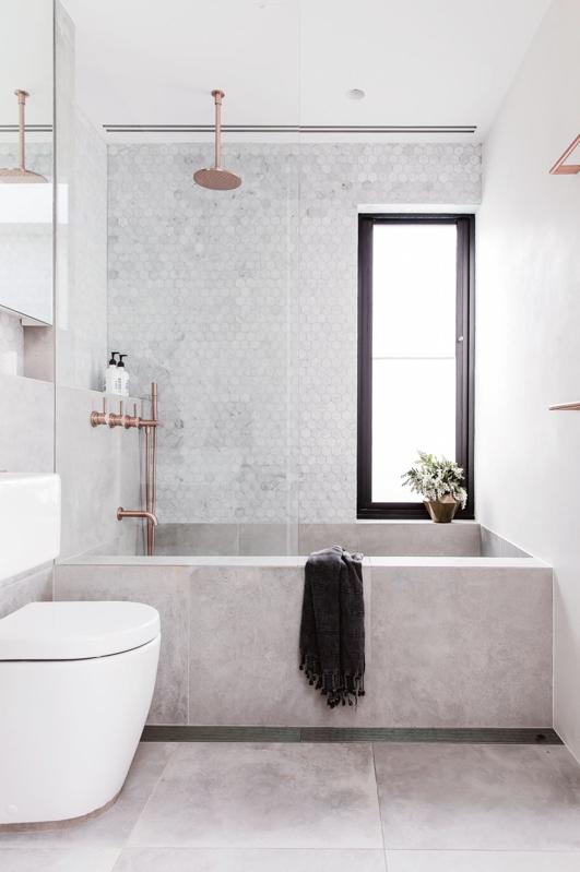 baño con griferia de cobre