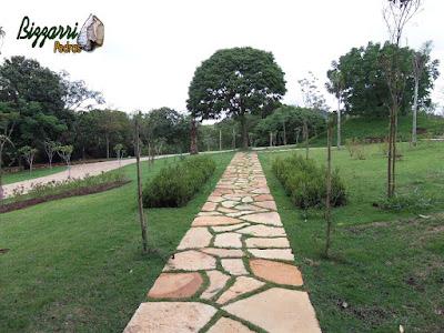Execução do caminho no jardim com pedra Goiás tipo cacão assentada com juntas de grama com a execução do paisagismo com os canteiros de buxinho e o gramado com grama esmeralda com calçamento de pedra folheta em sítio em Piracaia-SP.