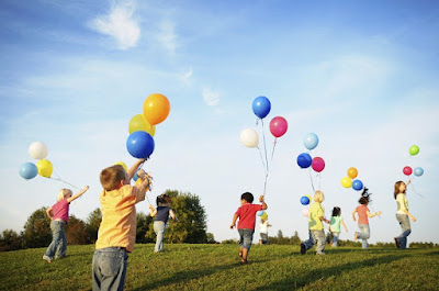 Children-playing-with-balloons.