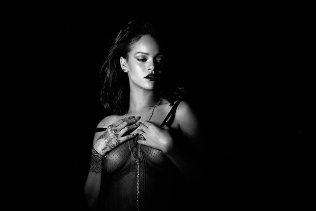 Video: Rihanna - Kiss It Better (Explicit)